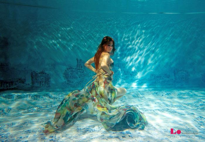 Девушка устроила настоящее шоу под водой