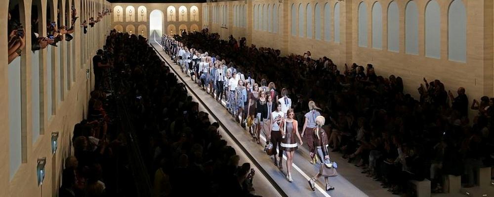 Показ летней коллекции Fendi на Неделе Моды в Милане