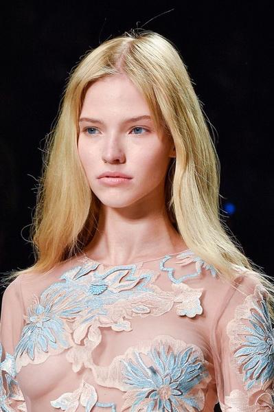 Модель Саша Лусс на Неделе моды в Милане