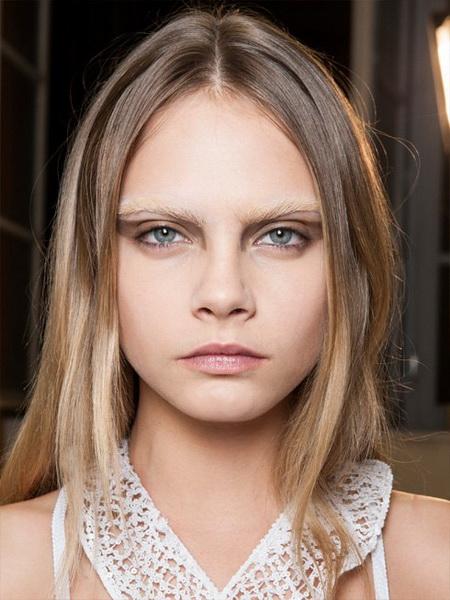 Модель Кара Делевинь на показах Недели Моды в Париже