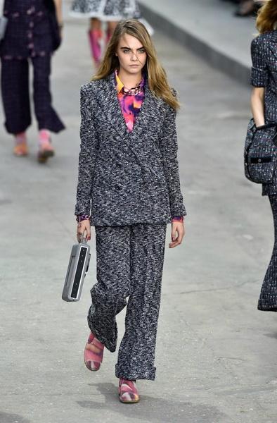 FASHION PEOPLE   Модель Кара Делевинь на показах Недели Моды в Париже d9d99086428