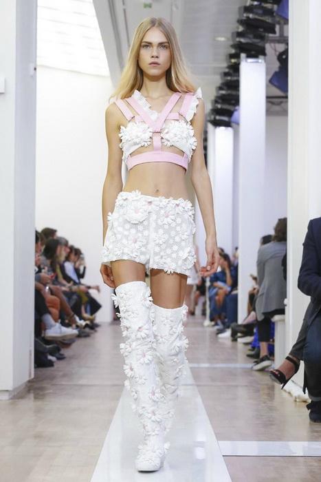 Модель Лайн Бремс на показах Недели моды в Париже