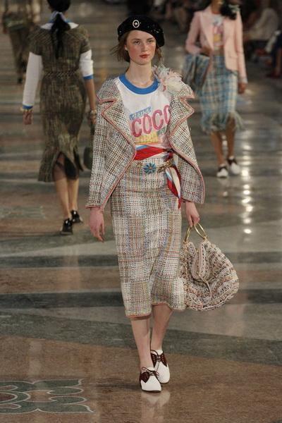 076fceeb0ce8 Настоящий кубинский карнавал моды состоялся в Гаване, где самым ожидаемым  гостем был Карл Лагерфельд с показом круизной коллекции Chanel сезона  весна-лето ...